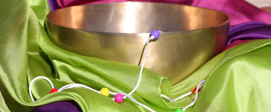 Klangschale mit bunten Seidentüchern und Brockschnur